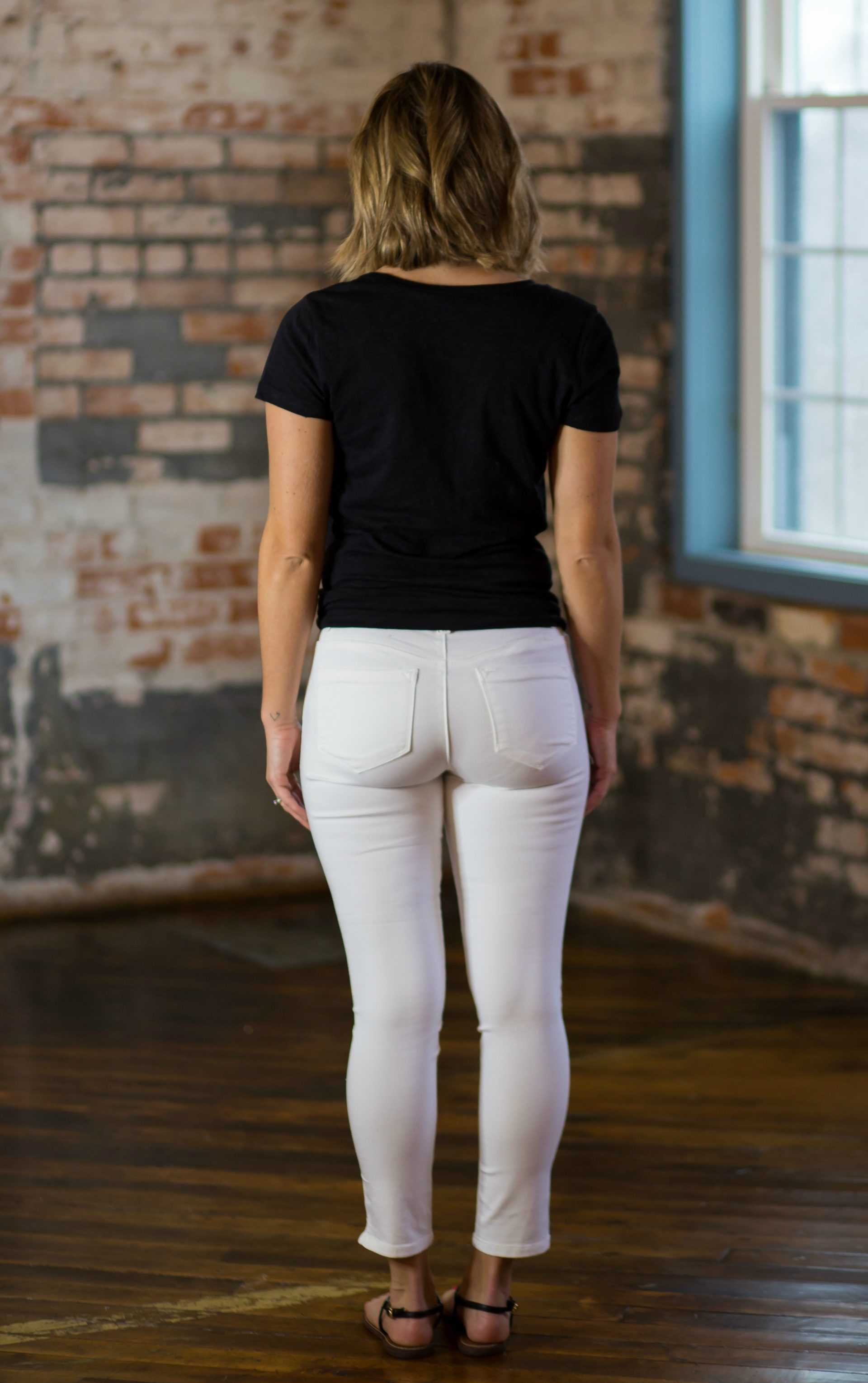 fe60c3a546144 ... just comparing this pair to the top – way better on the booty. Phew.  However, what we didn't love was the twill material vs wearing a white denim  pant.
